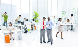 Diverse Bedrijfsmensen in Groen Bedrijfsbureau Royalty-vrije Stock Afbeeldingen