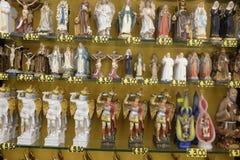 Diverse beeldjes op verkoop in Monte Sant Angelo, Apulia, Italië Royalty-vrije Stock Foto's