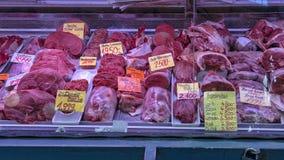 Diverse besnoeiingen van ruw vlees, Centrale de Marktzaal van I Szamu Varcsarnok, Boedapest, Hongarije royalty-vrije stock foto's