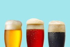Diverse bierglazen op blauwe achtergrond stock afbeeldingen