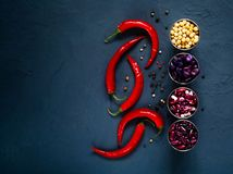 Diverse bonen in metaalkoppen en Spaanse peperpeper, concept gezond vegetarisch voedsel Mening van hierboven Achtergrond voor een Royalty-vrije Stock Fotografie