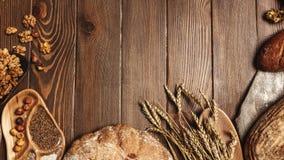 Diverse broodselectie vlak-legt Hoogste mening van rogge, tarwe en multigrain rustiek brood stock footage