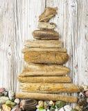 Diverse cijfers en letters van drijfhout en gekleurde stenen op een eenvoudige houten grijze achtergrond Hoogste mening Royalty-vrije Stock Fotografie