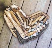 Diverse cijfers en letters van drijfhout en gekleurde stenen op een eenvoudige houten grijze achtergrond Hoogste mening Royalty-vrije Stock Foto