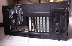 Diverse componenti di un personal computer Alimentazione elettrica con computer personale fotografia stock