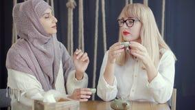 Diverse coppie delle donne che parlano in un ristorante video d archivio
