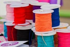Diverse couleur des cordes lumineuses sur des bobines pour la créativité de sortes, foyer sélectif Image libre de droits