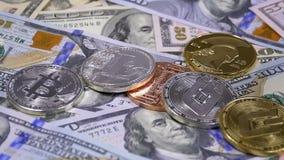 Diverse Crypto Muntstukkendaling op de Lijst met Rekeningen van Amerikaanse dollars en roteert Langzame Motie stock videobeelden