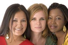 Diverse die groep vrouwen op wit worden geïsoleerd stock afbeelding