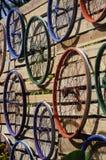 Diverse die kleuren van de fietsrand op de muur worden gehangen Royalty-vrije Stock Fotografie