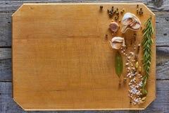 Diverse die kruiden op houten betrappende raad worden geschikt Stock Foto's