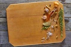 Diverse die kruiden op houten hakbord worden geschikt Stock Afbeelding