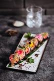 Diverse die soorten sushi op zwarte steen worden gediend stock foto