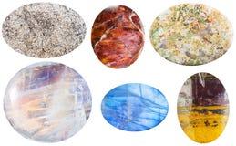 Diverse die stenen van de cabochongem op wit worden geïsoleerd Royalty-vrije Stock Foto's