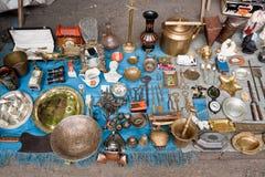 Diverse dingen voor verkoop op een vlooienmarkt Stock Foto