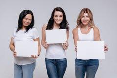 Diverse donne graziose che lavorano per la pubblicità del campeggio Fotografie Stock Libere da Diritti