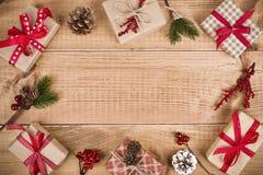 Diverse dozen en de decoratie van de Kerstmisgift op houten plankenachtergrond Royalty-vrije Stock Afbeeldingen