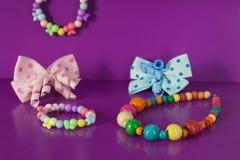 Diverse elastiekjes, haarklemmen, parels, bogen voor meisjes Stock Foto