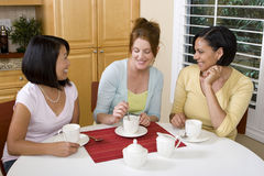 Diverse en groep die vrouw lachen spreken Stock Afbeelding