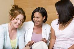 Diverse en groep die vrouw lachen spreken Royalty-vrije Stock Fotografie