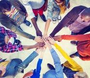 Diverse en Toevallige Mensen en Samenhorigheidsconcept Stock Afbeeldingen
