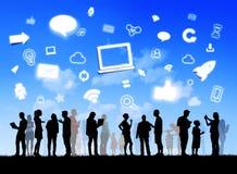 Diverse famiglie con rete sociale ed i simboli immagini stock libere da diritti