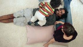 Diverse familie met peuterjongen thuis het lounging stock footage