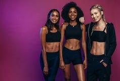 Diverse femmine del gruppo in abiti sportivi fotografie stock libere da diritti