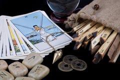Diverse fortunetelling voorwerpen op zwarte achtergrond Royalty-vrije Stock Fotografie