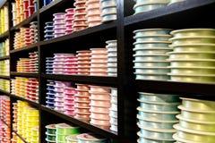 Diverse Gekleurde Linten op Houten Vertoningstribune Royalty-vrije Stock Foto