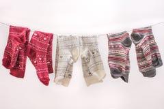 Diverse gekleurde sokken op een draad stock afbeeldingen