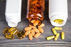 Diverse geneeskundepillen op grijze houten oppervlakte Royalty-vrije Stock Fotografie