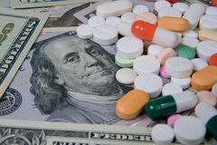 Diverse geneesmiddelen op de Amerikaanse dollar De stijgende kost van gezondheidszorg stock afbeelding