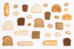 Diverse gesneden broodbroden en broodjes op wit Stock Fotografie