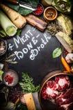 Diverse Gezonde kokende ingrediënten voor de Bouillon van het Vleesbeen met het van letters voorzien op donker bord Royalty-vrije Stock Afbeeldingen