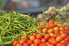 Diverse groenten bij plantaardige markt Stock Fotografie