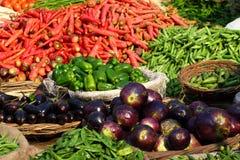 Diverse groenten bij plantaardige markt. Stock Afbeeldingen