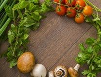 Diverse groenten in een cirkel op de houten vloer Royalty-vrije Stock Foto