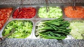 Diverse groenten en salades stock video
