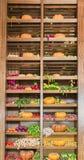 Diverse groenten in houten containers stock afbeelding