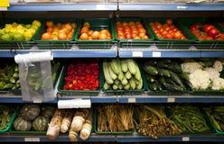 Diverse groenten op planken in kruidenierswinkelopslag Royalty-vrije Stock Foto