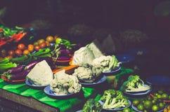 Diverse groenten tonen op houten lijst voor verkoop bij verse marktkraam met langzaam verdwenen kleureneffect Royalty-vrije Stock Afbeelding