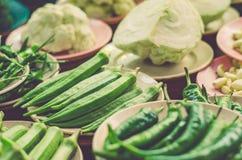 Diverse groentenvertoning op houten lijst voor verkoop bij verse marktkraam Royalty-vrije Stock Fotografie