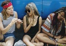 Diverse groep die mensen van een van een wegreis en festival genieten stock afbeelding