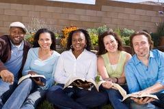Diverse groep en mensen die lezen bestuderen Stock Foto's