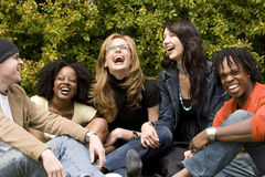 Diverse groep en mensen die spreken lachen Stock Foto