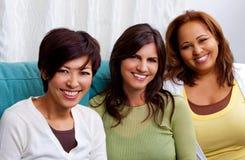 Diverse groep en vrouwen die spreken lachen Royalty-vrije Stock Foto