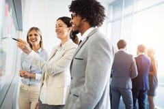 Diverse groep geconcentreerde het werkcollega's tijdens een planning en strategievergadering in bureau royalty-vrije stock afbeelding