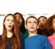 Diverse groep jonge geitjes het zingen stock foto
