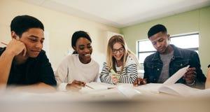Diverse groep studenten die voor examen voorbereidingen treffen stock afbeeldingen